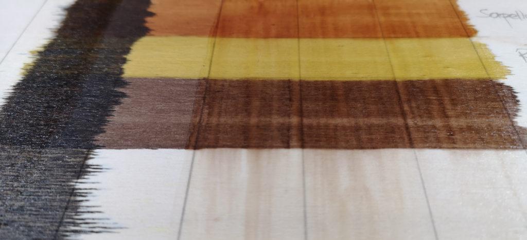 Listo de madera con dos capas de barniz. De izquierda a derecha: betún de Judea, sin tratar, mate, satinado y brillante.