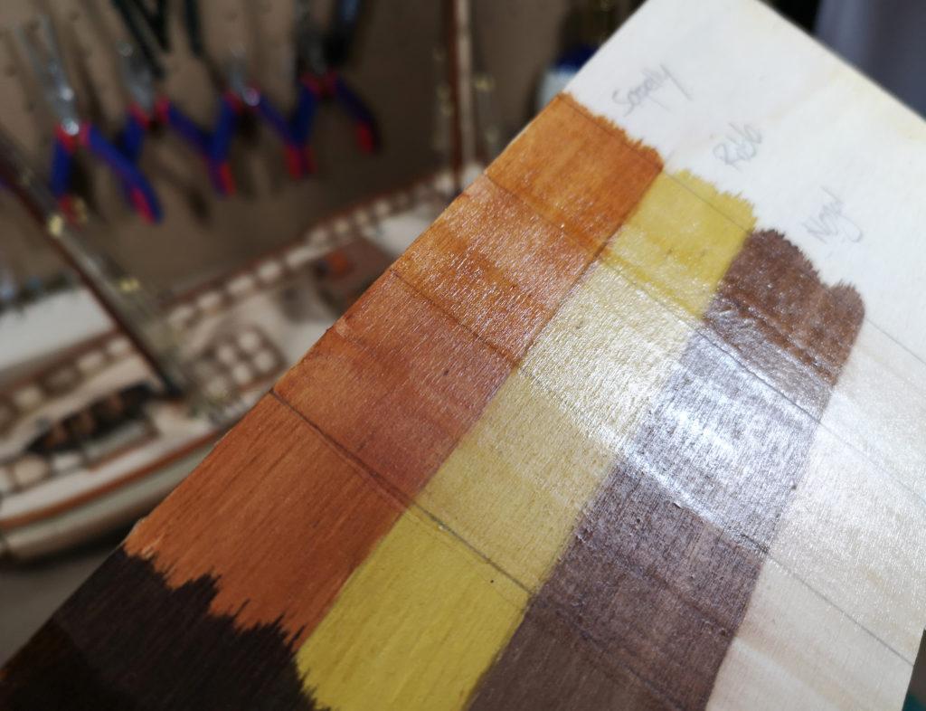 barniz mate satinado y brillante en tabla de madera tintada