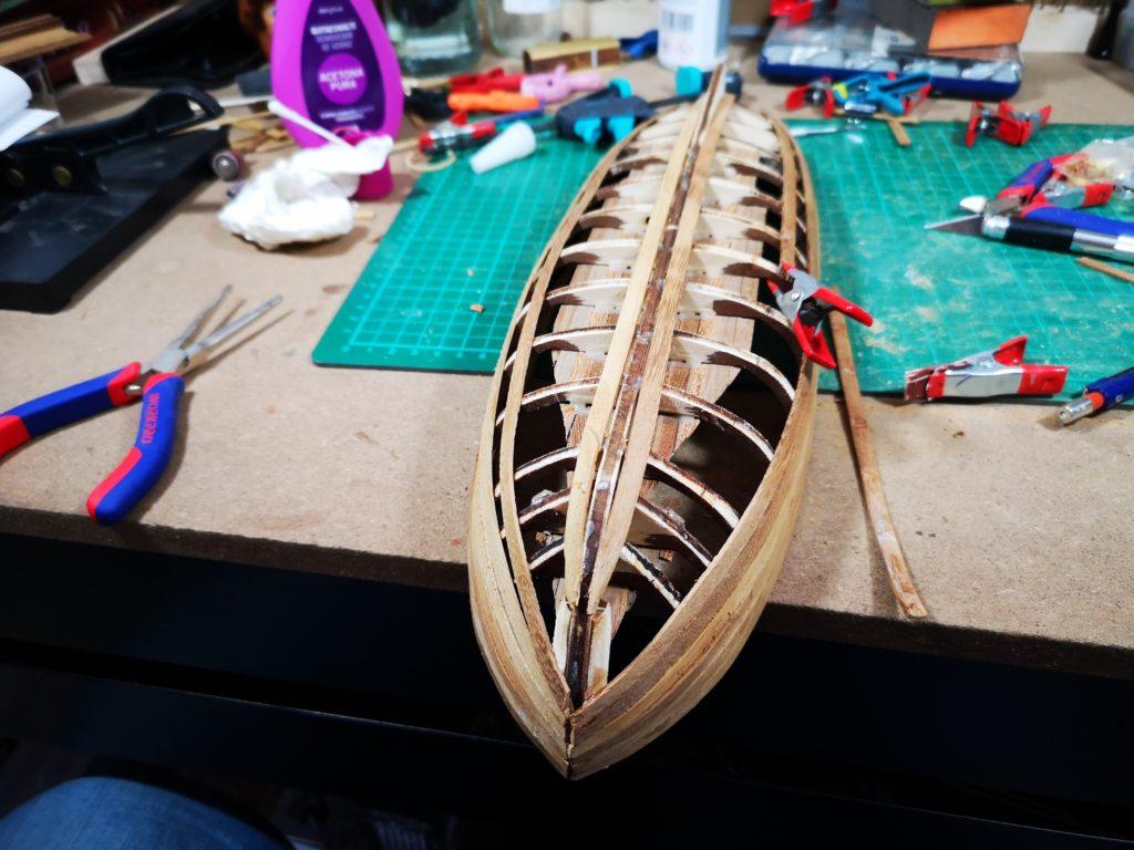 Forrando el casco de la lancha del capitán del HMS Agamemnon
