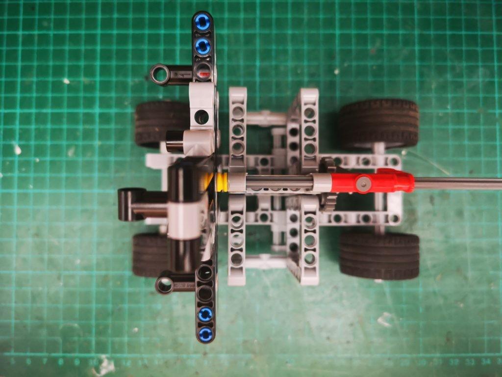 Vista superior de la maquina de colchar cabos de LEGO