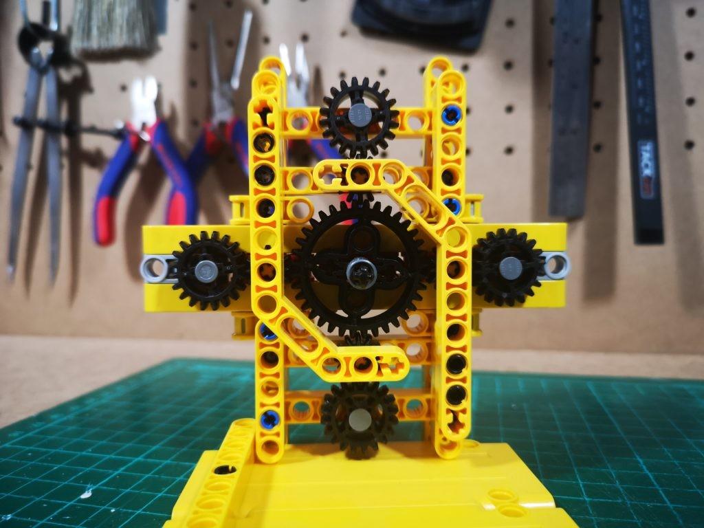 Vista de los engranajes de la maquina de colchar cabos de LEGO