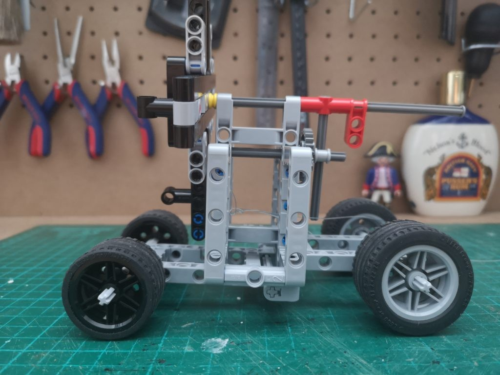 Vista lateral de la maquina de colchar cabos de LEGO