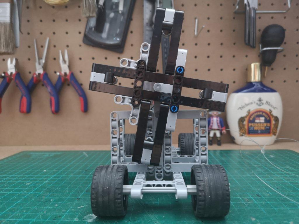 Vista frontal de la maquina de colchar cabos de LEGO