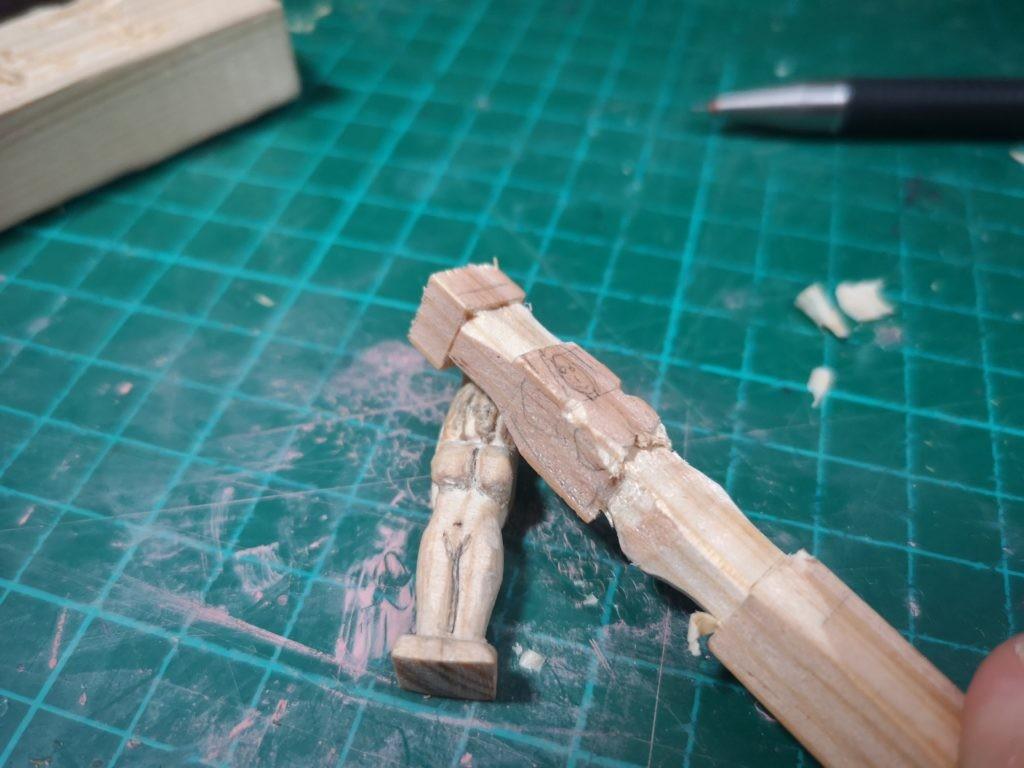 Corta con un cutter la figura en el liston de madera