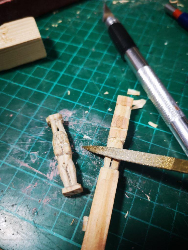 Lima las esquinas para darle suavidad a la figurada tallada