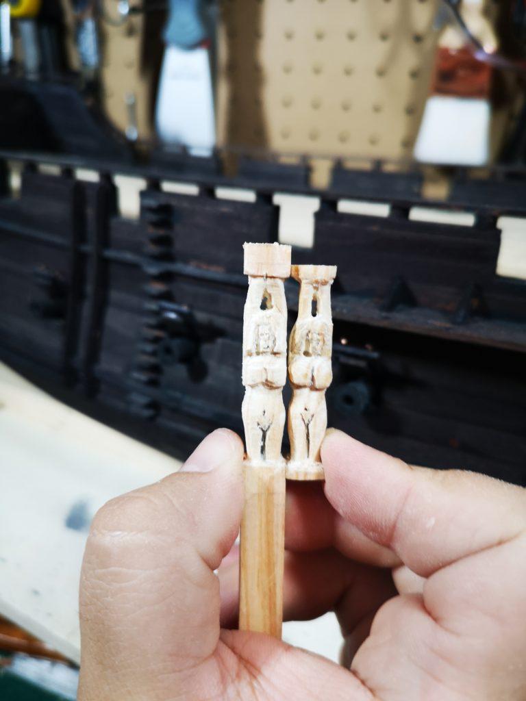 El resultado de tallar una pequeña figura humana en madera