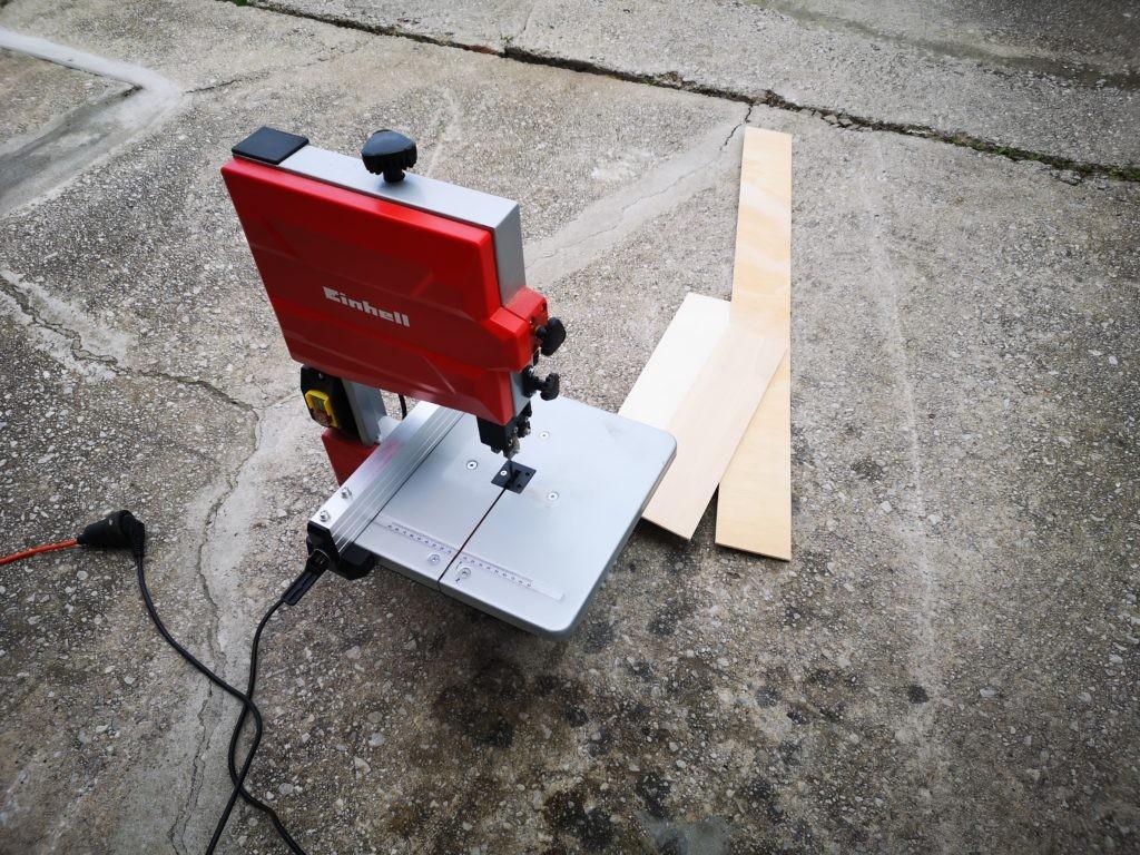 Cortando las maderas para el molde de la chalupa armada.