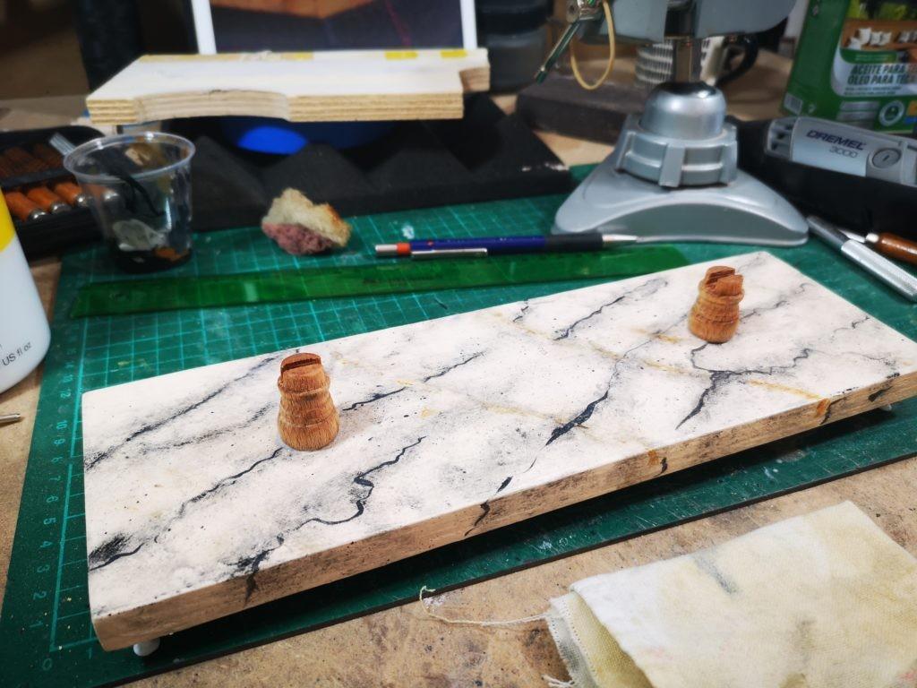 Peana de madera con imitacion a marmol blanco con vetas negras para la chalupa armada de ANCRE.