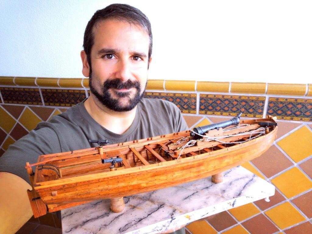 Chalupa armada de 1834 de ANCRE sobre peana de madera imitando a marmol